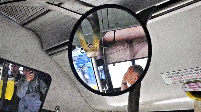 Telefonon dumált buszvezetés közben