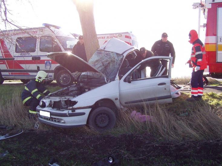 TRAGIKUS BALESET: Fának csapódott, meghalt a Renault sofőrje!