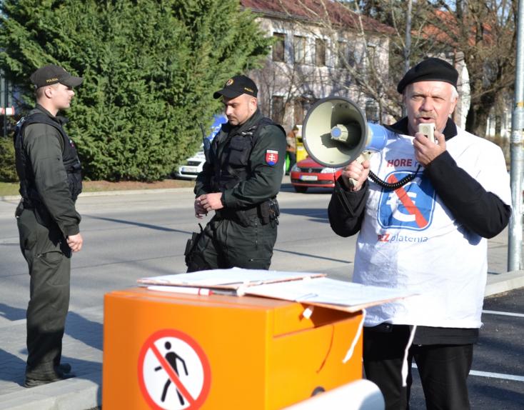 KÓRHÁZI PARKOLÁS: Megafonnal követelték az ingyenes parkolást, rendőrök is jöttek