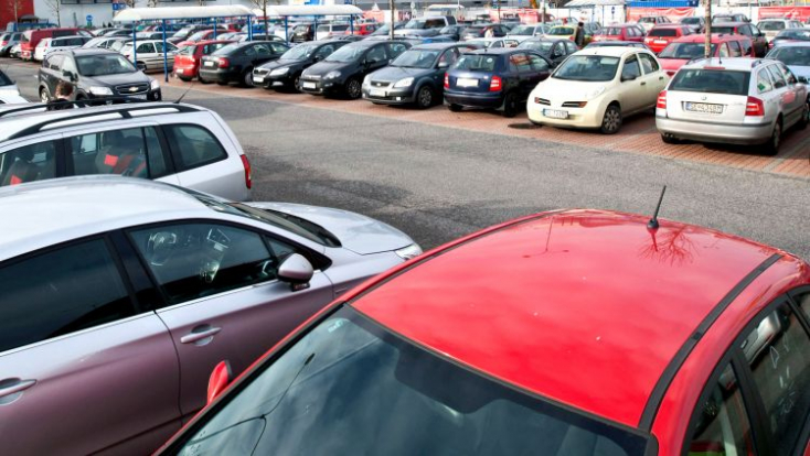 Összekarcolták a parkoló autókat az ismeretlen vandálok