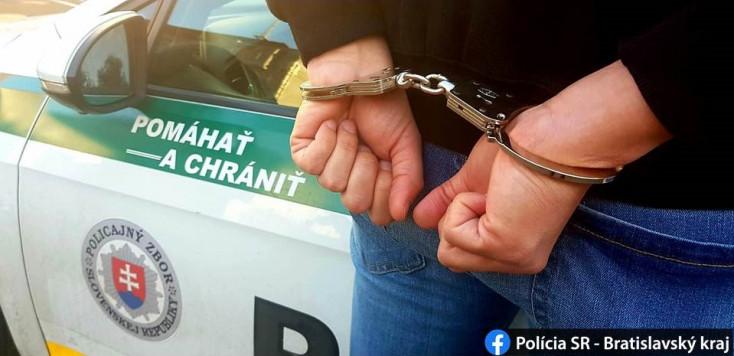 Bolti szarkák és kilógó lábak a kocsiból – három tolvajt kapott el a szolgálaton kívüli rendőr