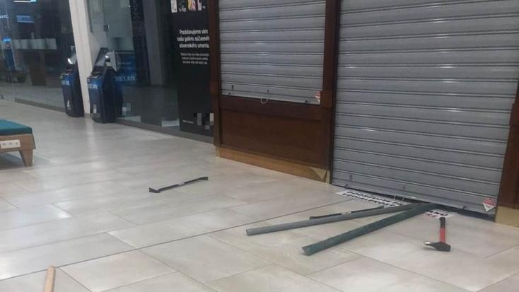 Nem tudtak bejutni a rablók az egyik pozsonyi bevásárlóközpont ékszerboltjába!