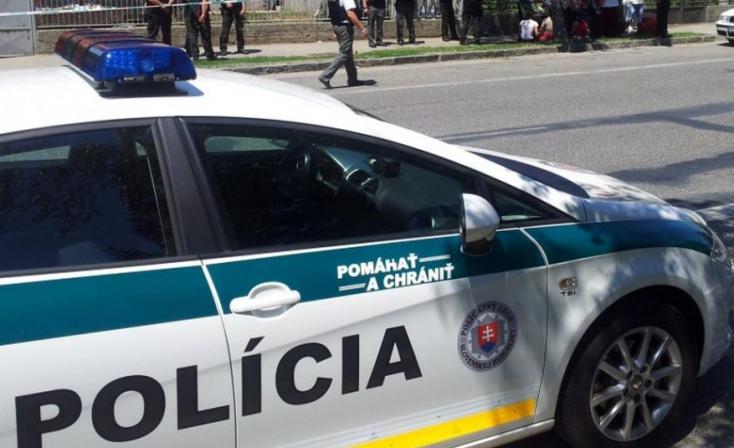 Betett 200 eurót a rendőrautóba, és megpróbált elhajtani - az ügyet a NAKA vizsgálja