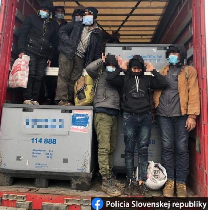 Tíz menekültet talált a rendőrség egy érsekújvári cég kamionjában