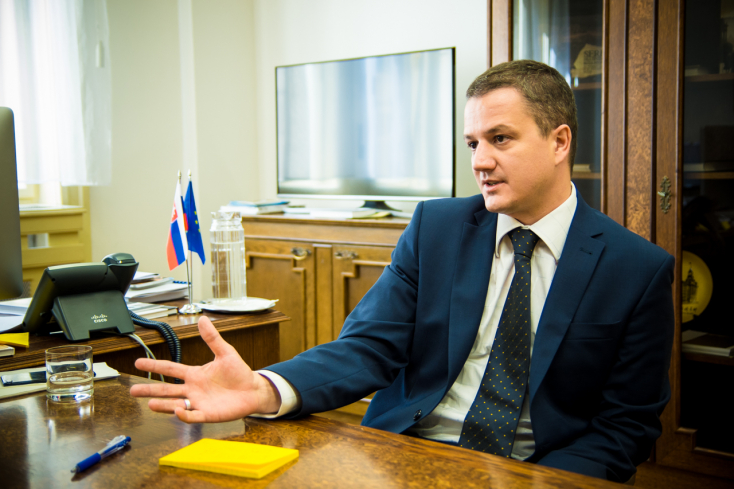 Rigó Konrád asztaltborított, beszélni akar főnökével, a kulturális miniszterrel