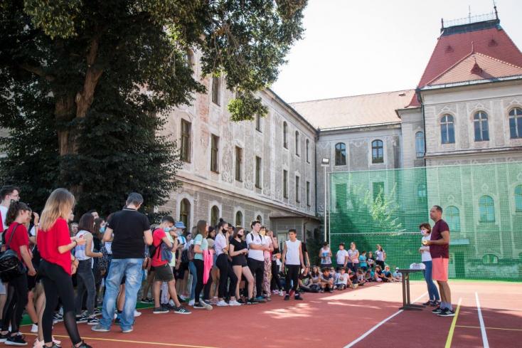 Úgy zsonglőrködnek a számokkal a megyén, hogy annak a magyar diákok isszák meg a levét