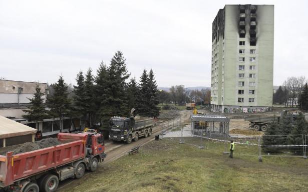 Megérkezett Eperjesre az a gép, amellyel a gázrobbanásban megrongálódott házat bontani fogják (VIDEÓ)