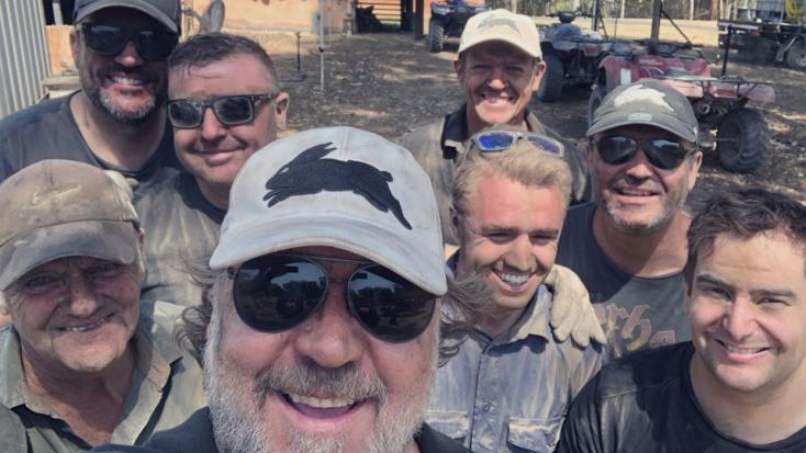 Elárverezték Russell Crowe baseballsapkáját az ausztrál bozóttüzek oltásán dolgozó tűzoltók javára