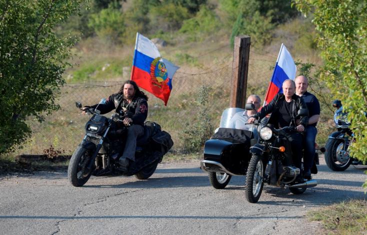 Feljelentették Putyint sisak nélküli motorozásért