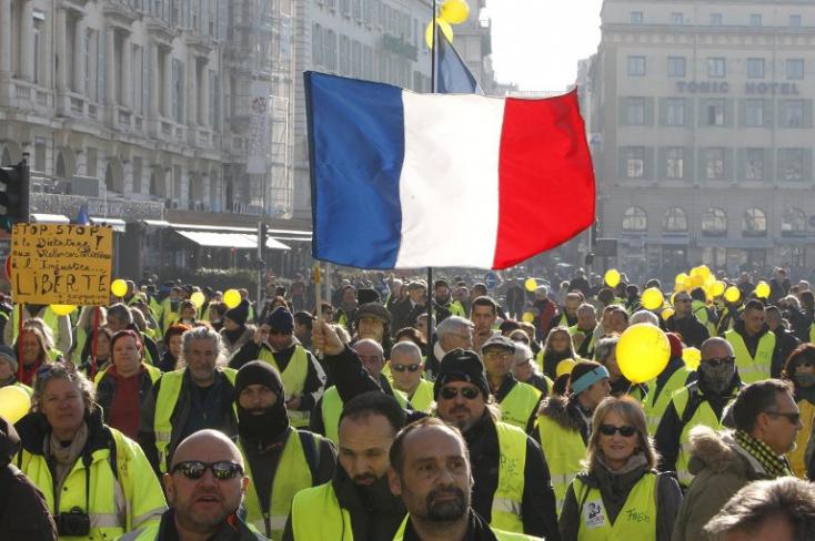 Folytatódnak a sárgamellényesek tüntetései - Párizsban békés felvonulások, Toulouse-ban összetűzések voltak