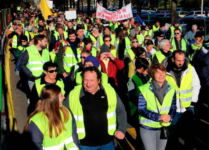 Francia zavargások - Tíz százalékkal csökkent a sárgamellényesek támogatottsága