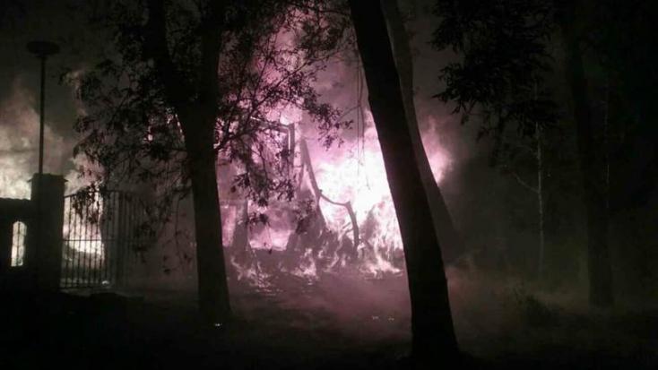 Hatalmas tűz! Kétemeletes hotelt borítottak be a lángok