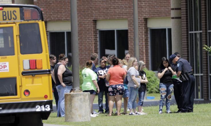 Előzetesben a texasi iskolai lövöldöző, ismét fellángolt a fegyvertartási vita