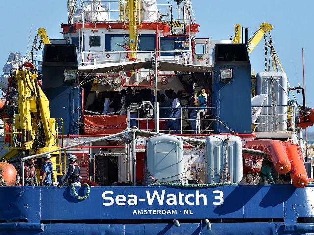 A Sea-Watch 3 hajó Lampedusa partjainál áll, Olaszország nem adott kikötési engedélyt