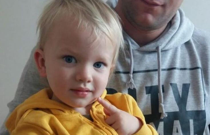 Három orvost és két nővért vádoltak meg a hároméves kisfiú halála miatt