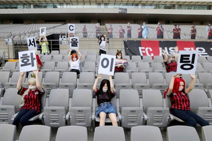 Súlyos büntetést kaphat a koreai fociklub, amiért szexbabákat ültetett a lelátókra a zárt kapus meccsen