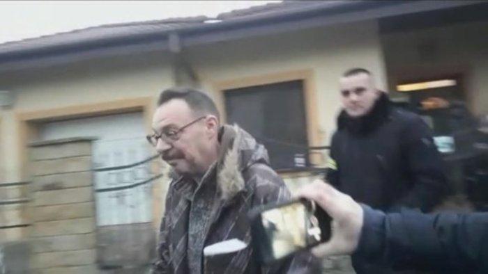 Videón, ahogy becsengetnek a NAKA-sok Dobroslav Trnkához és őrizetbe veszik