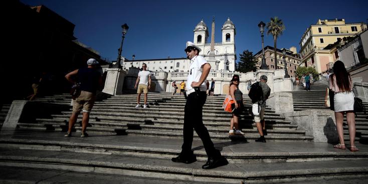 Megtiltottáka Spanyol lépcsőre való leülést Rómában