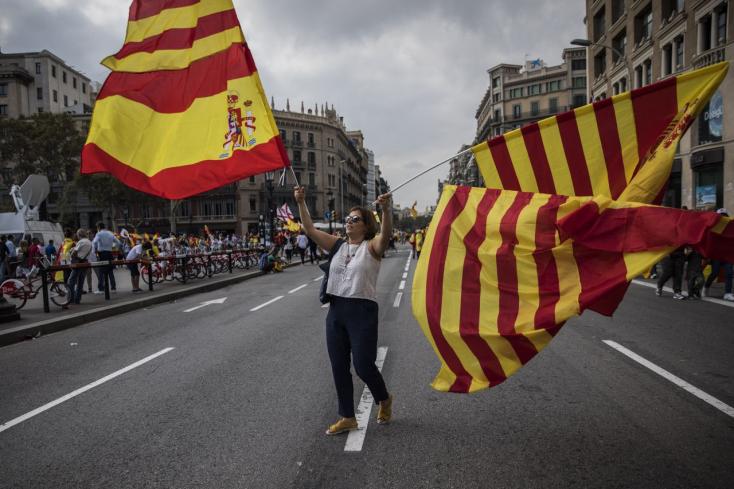 KATALÁN NÉPSZAVAZÁS: Tízezrek tüntettek a spanyol egységért Barcelonában