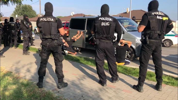 Nagyszombati huligánok pattogtak a Kisudvarnoki úton, a zsaruk bevitték őket