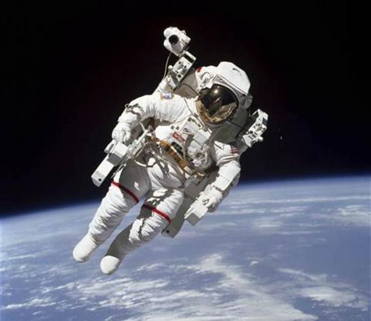 Meghalt az első űrhajós, aki biztosítókábel nélkül mozgott a világűrben