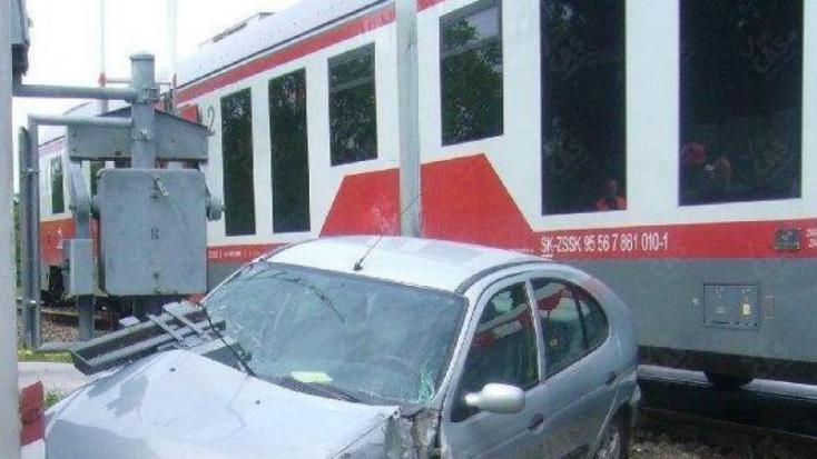 BALESET: Vonat elé hajtott a személyautó