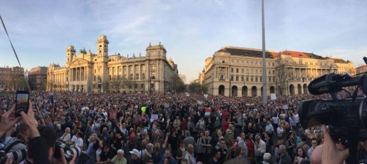 Kormányellenes tüntetés Budapesten – hatalmas tömeg vonult az utcára a magyar fővárosban