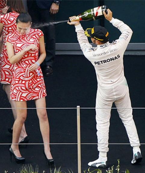 Lewis Hamiltont szexuális zaklatással vádolják