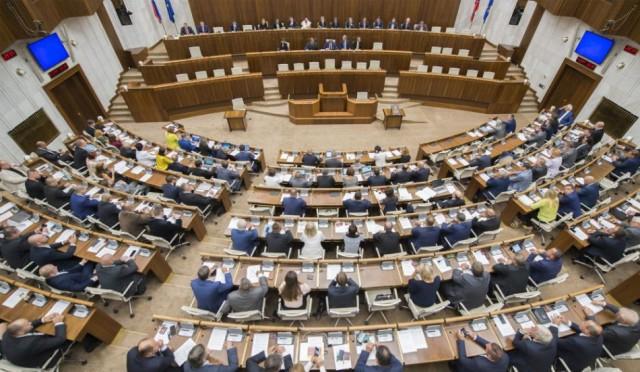 Titkos szavazáson választják ki az alkotmánybíró-jelölteket