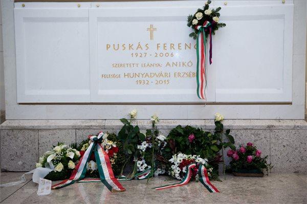 Koszorút helyeztek el 90 éve született Puskás Ferenc sírjánál