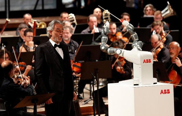 Robotkarmester vezényelte a luccai szimfonikusokat egy Bocelli-koncerten