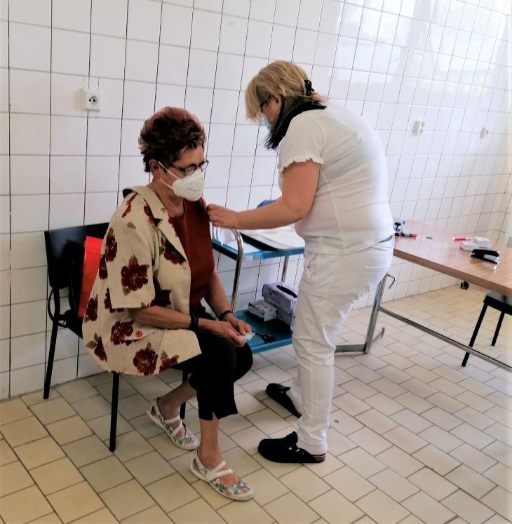 Beadták a százezredik oltást a komáromi kórházban