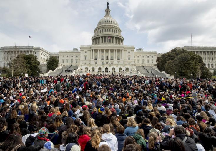 Amerika-szerte tüntetnek a diákok a fegyveres erőszak ellen
