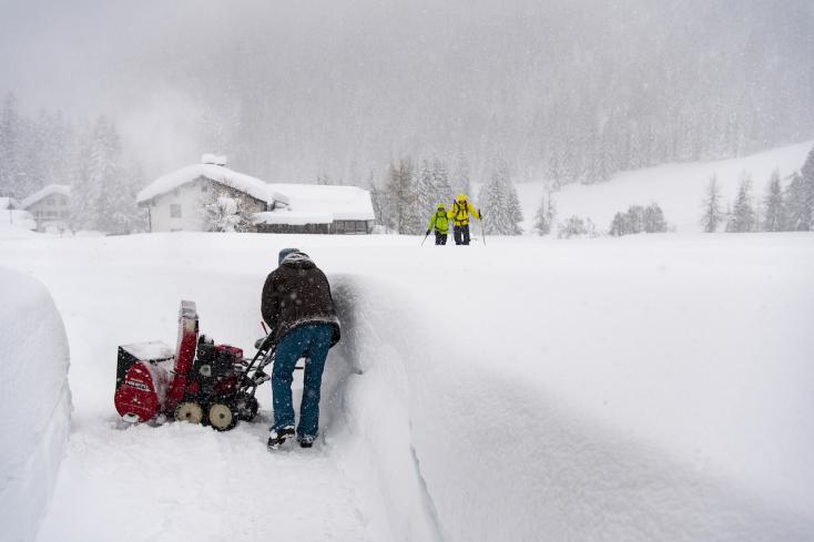 Félméteres hóra, viharos szélre, csúszós utakra figyelmeztetnek a meteorológusok!
