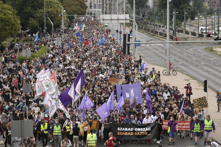Ezrek tüntettek az Indexért Budapesten