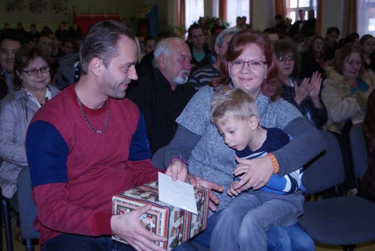 Beteg kisfiúnak is segítettek a jótékonysági koncertekkel a dunaszerdahelyi szakközépben
