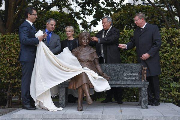 Szoboravatással emlékeztek meg a száz éve született Szabó Magdáról