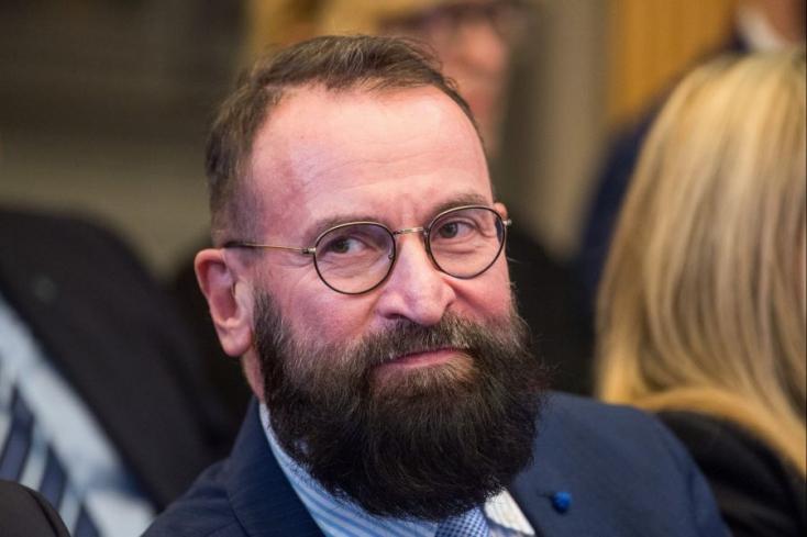 A melegorgián és drogbirtokláson lebukott Szájer József visszaadja diplomata-útlevelét