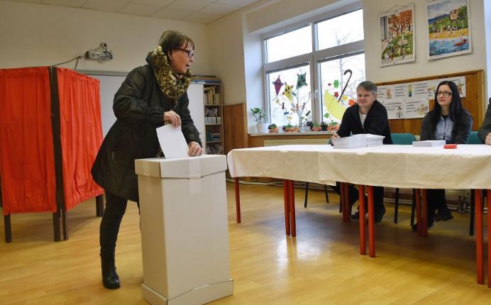 Ha a választó hibát vét, másik szavazólapot kell adni neki