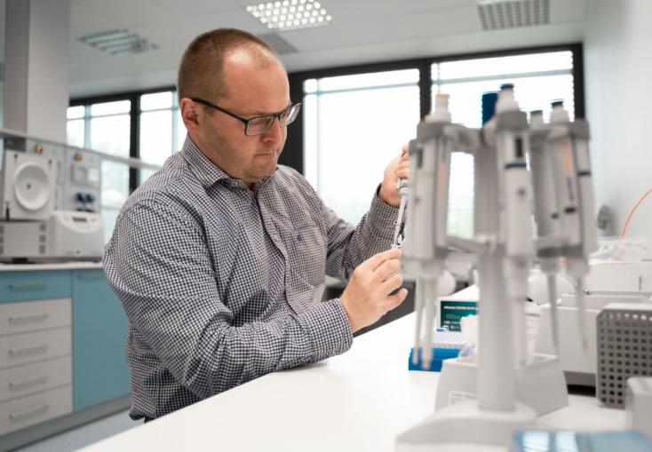 Szemes Tamás molekuláris biológus: Áprilisra javulhat a járványhelyzet, de őszre újabb hullámra kell számítani - INTERJÚ