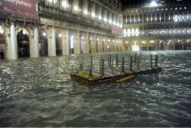 Újabb magas árhullám érte Velencét, lezárták a Szent Márk teret