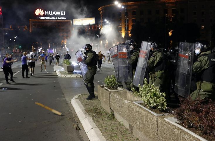Könnygázzal oszlatta a rohamrendőrséga kijárási tilalom ellen tüntetőketSzerbiában