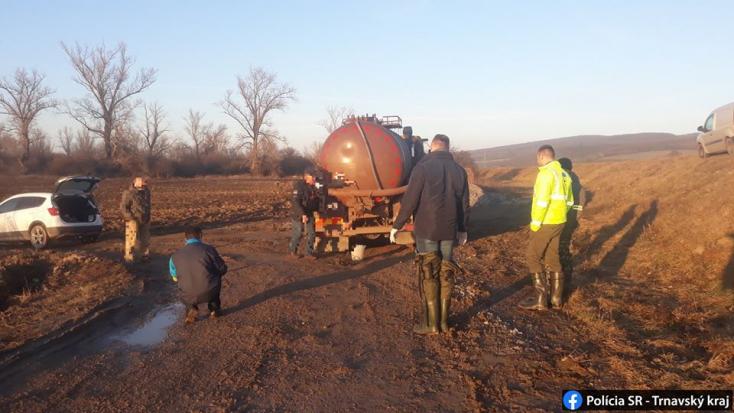Lefüleltek egy szippantós kocsit, melyből épp ürítették a szántóföldre a fekáliát!