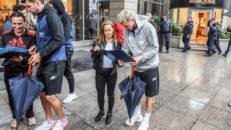 Magyar-szlovák Eb-selejtező: Sétált egyet a budapesti esőben a szlovák fociválogatott – bíznak a szerencsében is