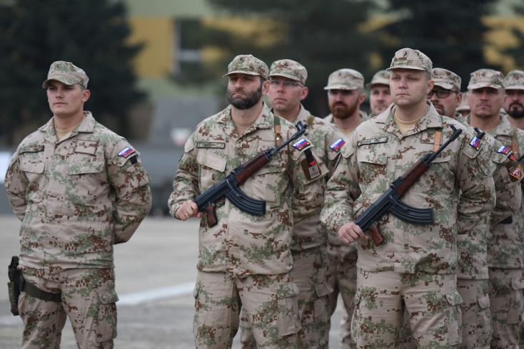 A külföldre vezényelt szlovák katonáknak be kell oltaniuk magukat