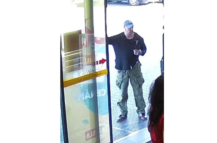 Rátámadtak egy nőre a bevásárlóközpont előtt, a rendőrség ezt a férfit keresi