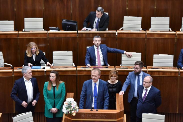 Parlament: Az egész napot kitöltötte a 13. nyugdíj bevezetéséről szóló vita