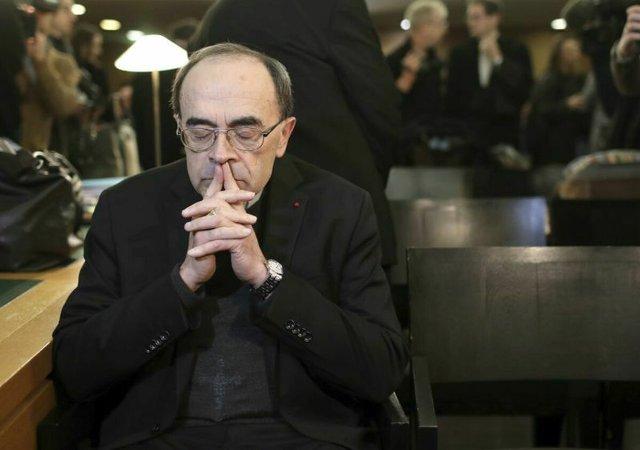 A papi pedofília eltussolásával vádolt bíboros közölte, hogy a pápa nem fogadta el a lemondását
