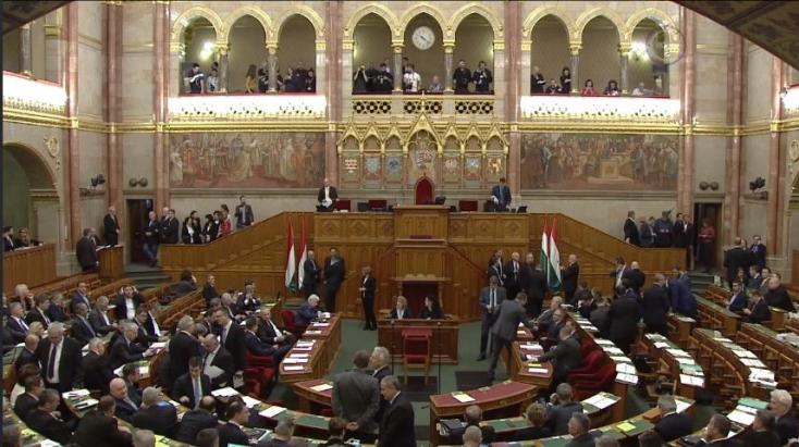 Káosz a magyar parlamentben - elfoglalta az ellenzék a házelnöki pulpitust (VIDEÓ)