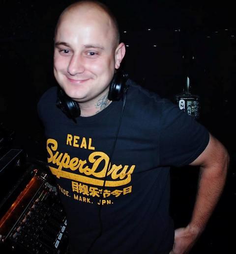Túlsúlyosnak tartották a DJ-t – visszamondták a fellépését